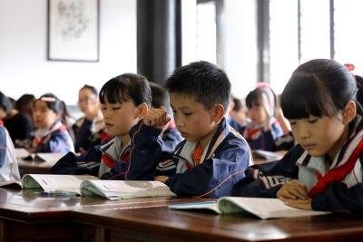 太白湖新区:实行教育再救助 圆贫困孩子求学梦