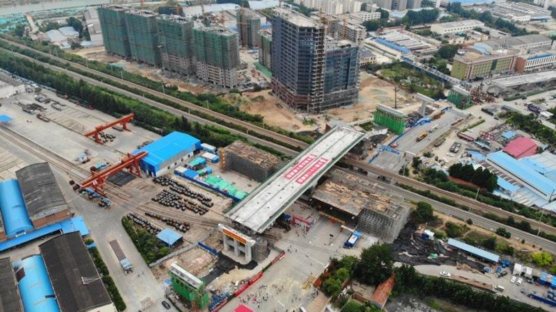 济宁市火炬路跨线桥转体梁成功转体