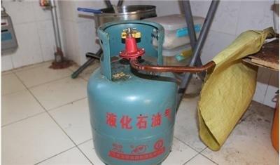 煤氣罐連接軟管泄露引發了著火 幸好民警及時趕到