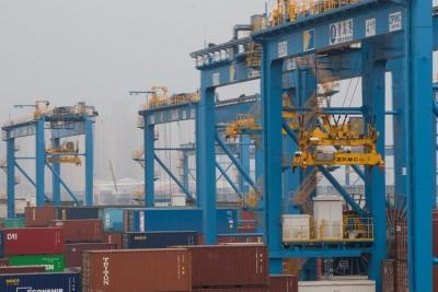 """【我爱这片蓝色的国土】集装箱装卸如同打游戏!青岛""""无人码头""""给世界港口升级提供""""中国样本"""""""