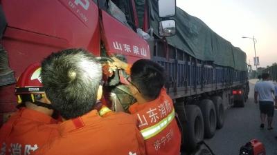 ?两辆大货车相撞驾驶员被困 济宁消防紧急救援