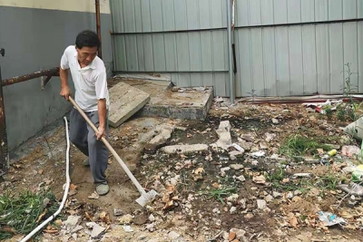 古槐街道吉祥社区下水道堵塞  网格员帮忙解难题