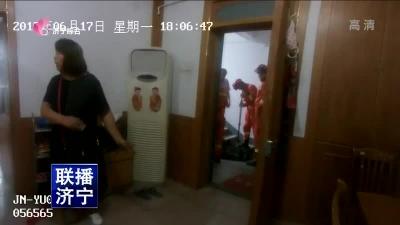 儿童反锁家中 民警紧急救助