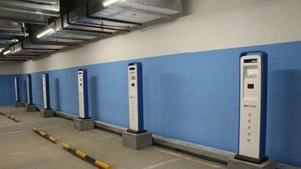 居民买新能源车装充电桩受阻 物业:个人不适合安装