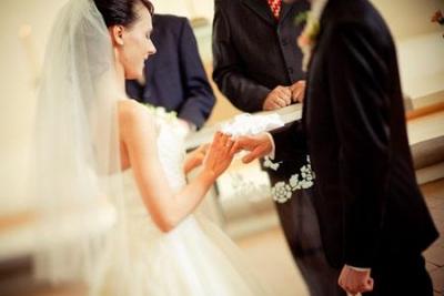 中国结婚率创近十年新低 年轻人被啥绊住了脚