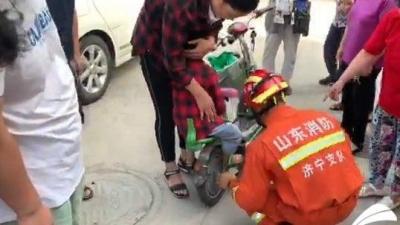 太危险!小孩被电动车后轮卡脚 家长一定要当心