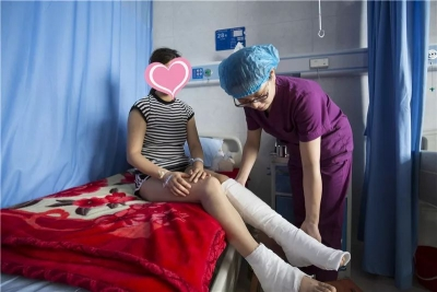 感動!路遇女子車禍昏迷 最美護士冒雨搶救……
