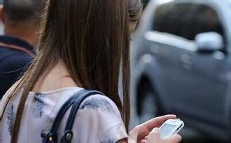 """举高手机颈椎就没事了?医生告诉你如何避免""""手机脖"""""""