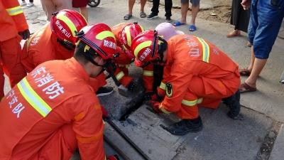老人失足脚卡下水道 鱼台消防紧急救援