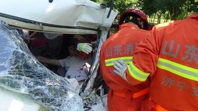 面包车与公交车迎面相撞司机被困 消防破拆救人