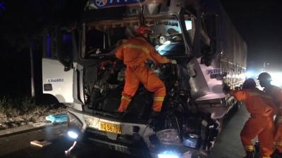 邹城两货车凌晨追尾驾驶员双腿被卡 消防40分钟火速救援