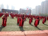 各位观众请注意,现在向我们走来的是省中学生运动会代表团…