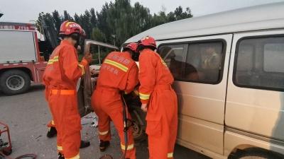 金乡一面包车凌晨突发车祸驾驶员被困 消防20分钟紧急救援