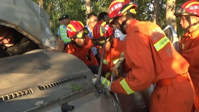 惨烈!面包车撞树驾驶员被困  济宁消防紧急救援