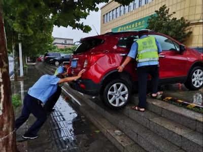 錯把油門當剎車,鄒城一女司機險些倒下了臺階翻車