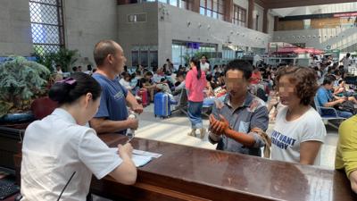"""泗水农民被蛇咬伤急需上海就医 曲阜高铁站上演""""生死时速"""""""
