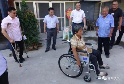 兖州发放820件轮椅盲杖 为残疾人小康之路导航