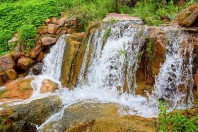 溪水潺潺,瀑布连连 雨后九仙山美不胜收