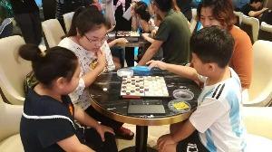 大人孩子齊對陣 國際跳棋親子賽高新區開賽