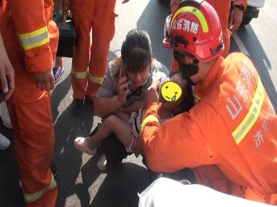 金乡一小女孩脚卡电动车轮动弹不得 消防员边给她擦泪边救援