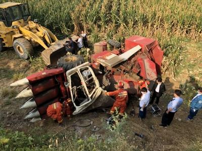 玉米收割机侧翻驾驶员被压 消防田间紧急施救