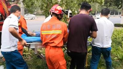 半挂车撞树司机被困 澳门威尼人在线消防紧急救援
