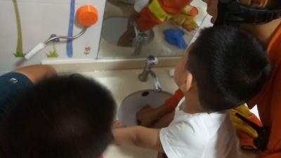 """洗手池水漏""""咬""""住男孩手指  澳门威尼人在线消防紧急救援"""