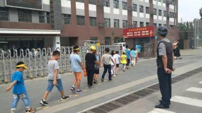 实验小学任兴校区接送岗无护栏有隐患 校方:两周内安装完毕