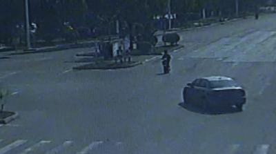 小伙骑车闯灯不走寻常路  被撞仍需负全责