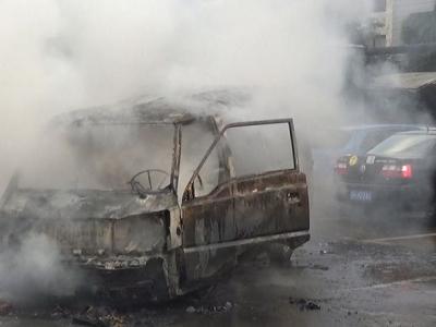 面包车自燃浓烟滚滚火势凶猛!他们逆火而行消除隐患