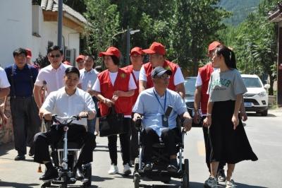 澳门威尼人在线有位村书记拄着拐杖带群众致富 受到习总书记接见