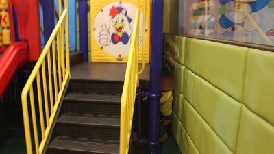家长要注意!3岁幼童被卡滑梯护栏 消防5分钟快速救援
