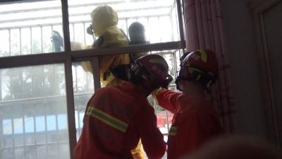 """梁山一户人家被马蜂""""登堂入室""""!消防员站上窗台巧摘马蜂窝"""