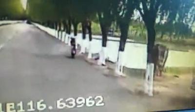 """路遇摩托车起火,济宁公交司机拎起灭火器一阵""""猛喷"""""""
