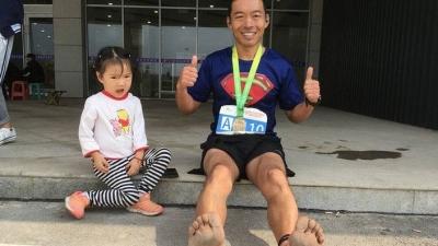 光腳的不怕穿鞋的!這名濟寧選手光腳跑完棗莊馬拉松全馬