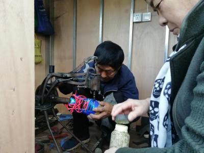 啞巴修鞋攤住進了仙營社區暖心小木屋