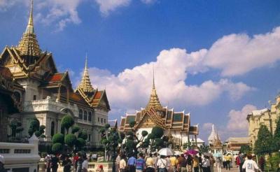 泰国载17名中国游客大巴侧翻 7名中国游客受轻伤