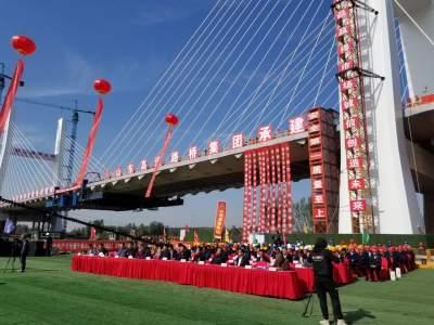 中國北方最大跨湖橋梁——微山湖特大橋26日成功合龍