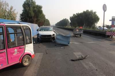 驚險!轎車飛速沖撞護欄  司機疲勞駕駛惹禍