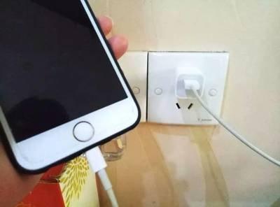 警惕!手機充電器長期不拔後果很嚴重,千萬別大意
