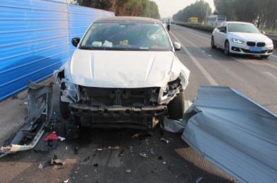 轎車飛速沖撞護欄  都是疲勞駕駛惹的禍