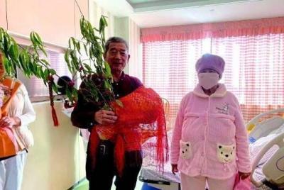 棗莊67歲高齡產婦順利出院,孩子裹紅蓋頭別桃樹枝一起回家
