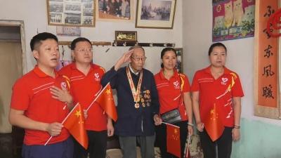 濟寧的這位八旬老兵鏡頭前行軍禮 曾參加開國大典閱兵式
