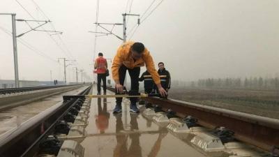 """實探魯南高鐵工地!寒潮里,冷冷的冰雨在""""小黃人""""臉上胡亂的拍"""