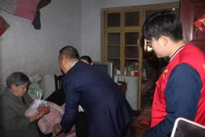 阜桥街道安阜街社区党委开展立冬送饺子关心关爱困难群众党员志愿活动