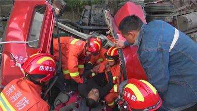 濟寧:半掛車側翻司機被困 消防緊急救援