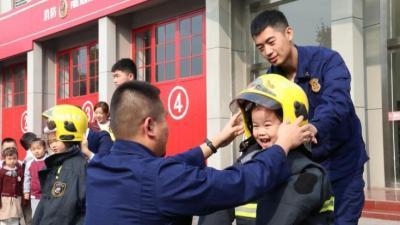 济宁小萌娃带着好奇进红门,消防知识记心中