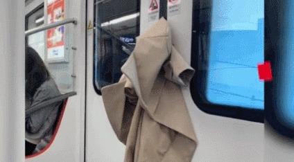 一件風衣獨自坐車到終點,網友:這就是生活啊
