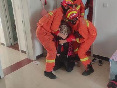 一歲男童被反鎖屋內急哭奶奶 濟寧消防緊急救援