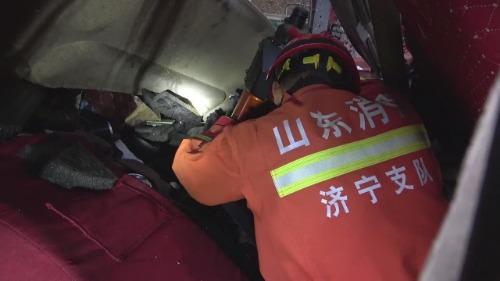 女子被压半挂车胎下 济宁消防紧急救援